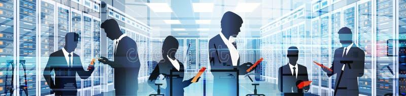 Люди силуэта работая в комнате центра данных хозяйничая база данных данным по компьютер-сервера иллюстрация штока