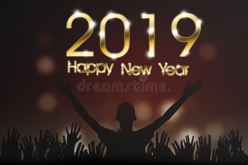 Люди силуэта с 2019 С Новым Годом! текстами стоковое фото