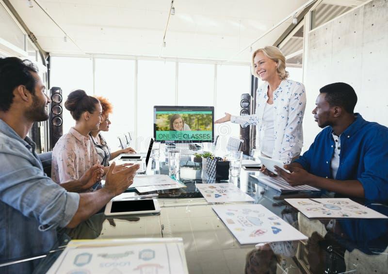 Люди смотря компьютер с данными по обучения по Интернетуу в экране стоковое фото rf