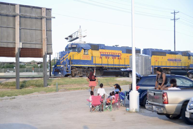 Люди собирают на Реке Trinity и следах, Fort Worth, Техасе стоковые фото