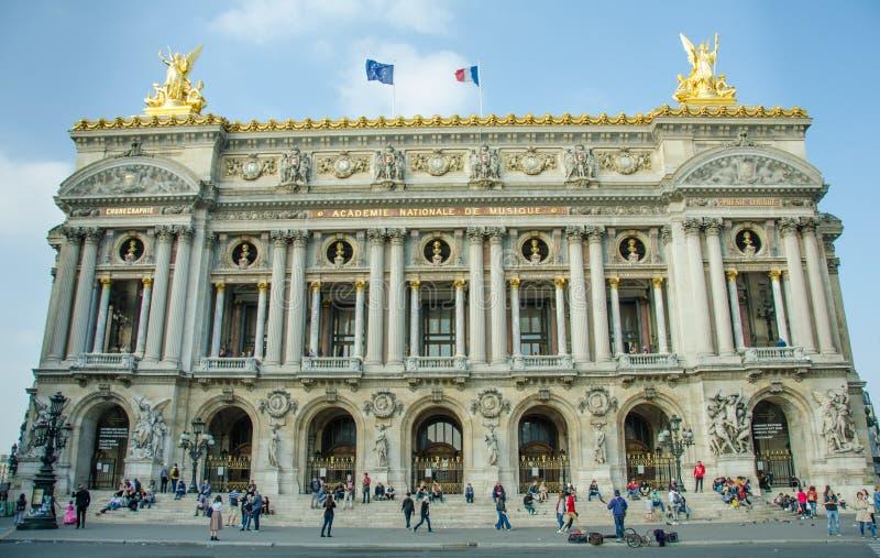 Люди собирают на шагах роскошного Palais Garnier, стоковые фотографии rf