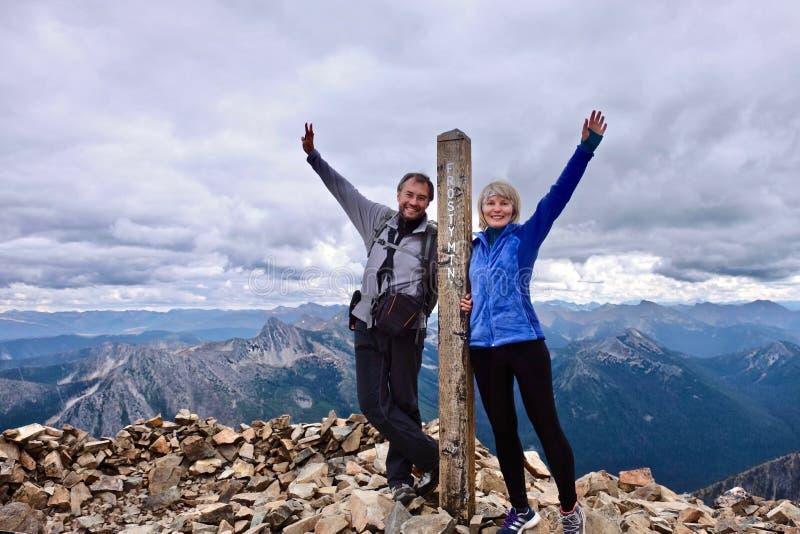 Люди среднего возраста на смотреть горы верхний счастливый и успешный стоковые фотографии rf