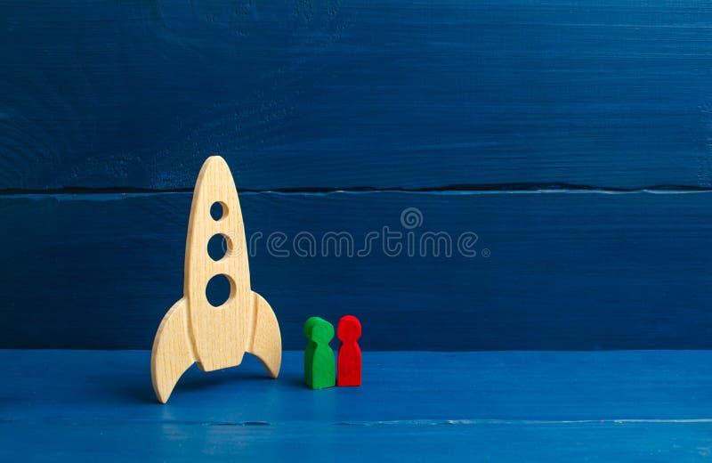 Люди стоят около ракеты Выбор выбранных для полета в космическое пространство Первый коммерчески полет к луне, c стоковые фото