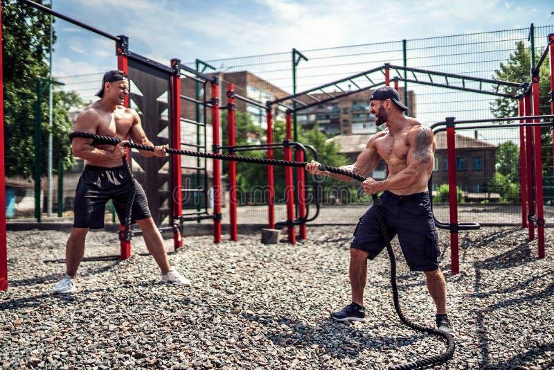 Люди с веревочкой, функциональной тренировкой стоковая фотография
