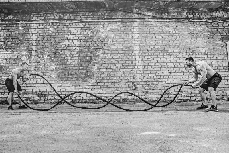 Люди с веревочкой, функциональной тренировкой стоковые изображения
