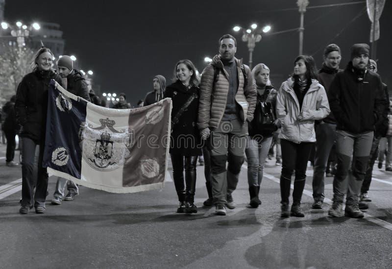 Люди с флагом на улице от Бухареста