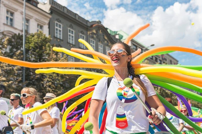 Люди танцуя, поя и барабаня на ежегодном параде гей-парада Праги стоковая фотография