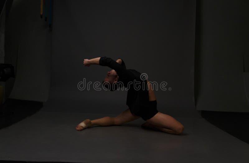 Люди танцы в черные брюки стоковая фотография