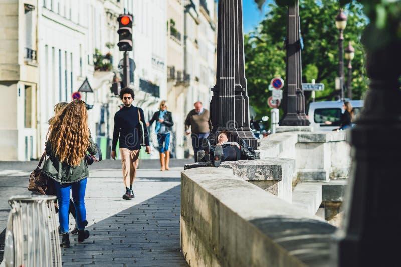 Люди тратят время в городе на солнечный день осени стоковое изображение rf