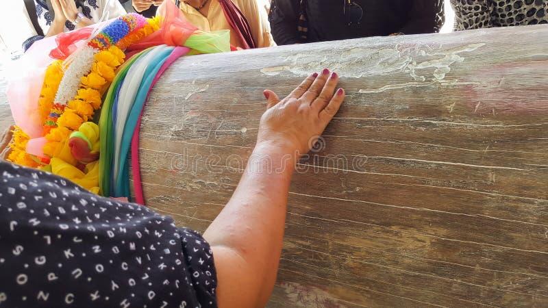Люди трут старое дерево, молят мощные духи Nang Takien к победителю стоковая фотография