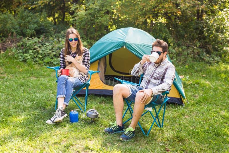 Люди, туризм лета и концепция природы - чай молодых пар выпивая около шатра стоковая фотография rf