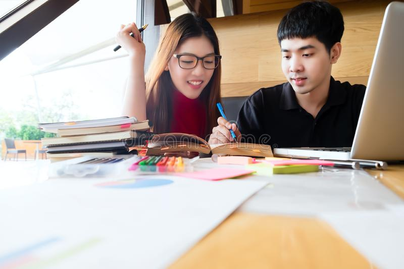 Люди, учить, образование и концепция школы стоковые изображения