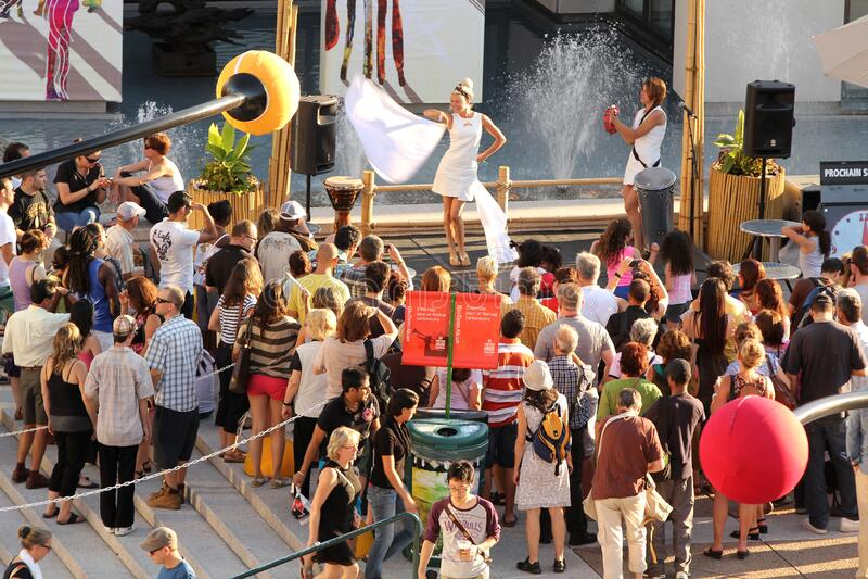 Люди ходят во время джазового фестиваля в Монреале в Канаде стоковые фото