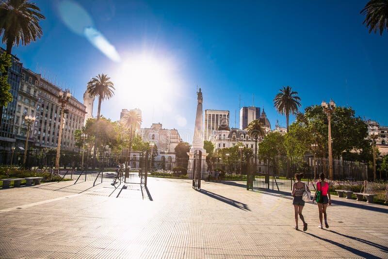 Люди ходят по площади Пласа-де-Майо в Буэнос-Айресе, Аргентина стоковое фото rf
