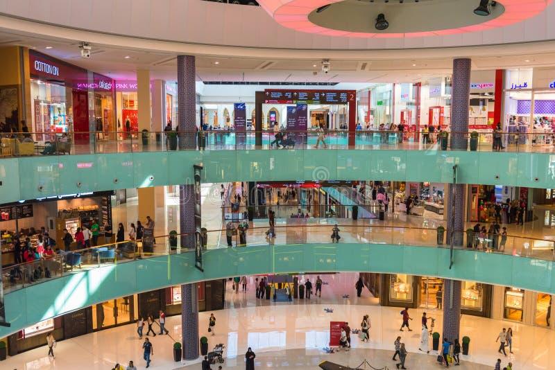 Люди ходя по магазинам в центре магазина мола Дубай стоковое фото