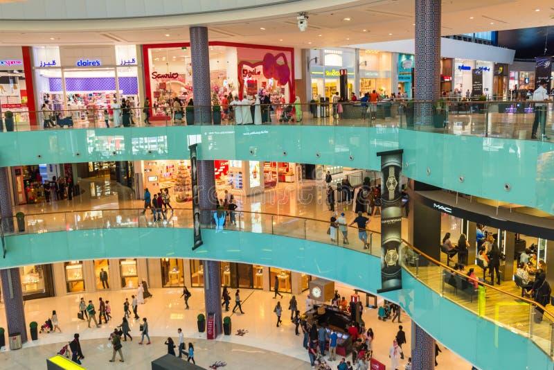 Люди ходя по магазинам в центре магазина мола Дубай стоковое изображение rf