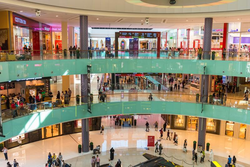 Люди ходя по магазинам в центре магазина мола Дубай стоковые изображения