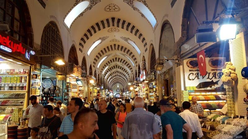 Люди ходя по магазинам на грандиозном базаре стоковое фото