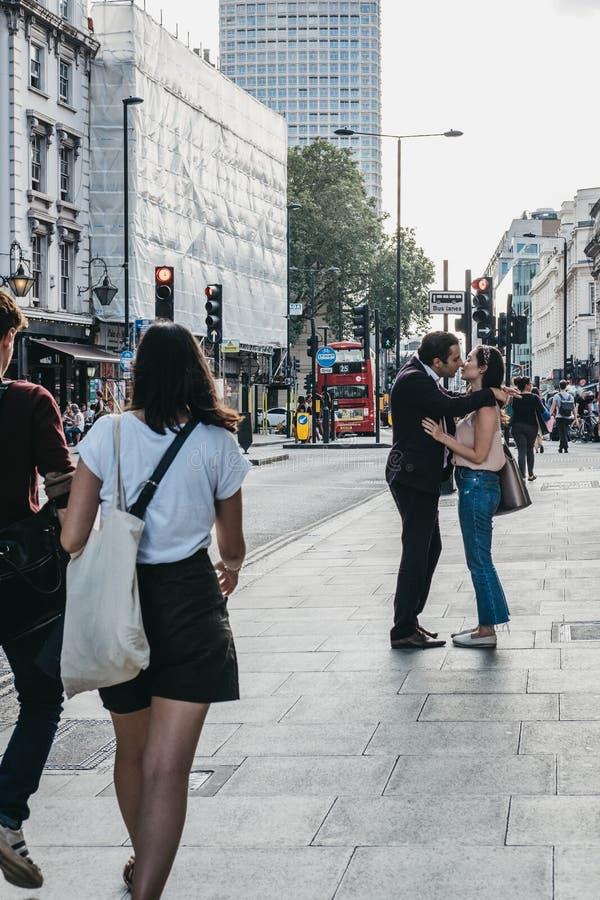 Люди целуя на улице Оксфорда, Лондоне, Великобритании стоковые изображения rf
