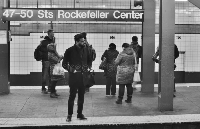 Люди центра Нью-Йорка Рокефеллер принимая метро для работы города закоммутировать поезд MTA стоковое фото