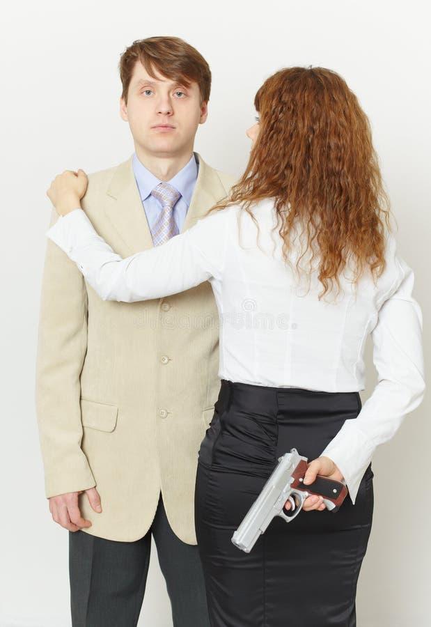 люди человека спаривают детенышей женщины пистолета стоковая фотография