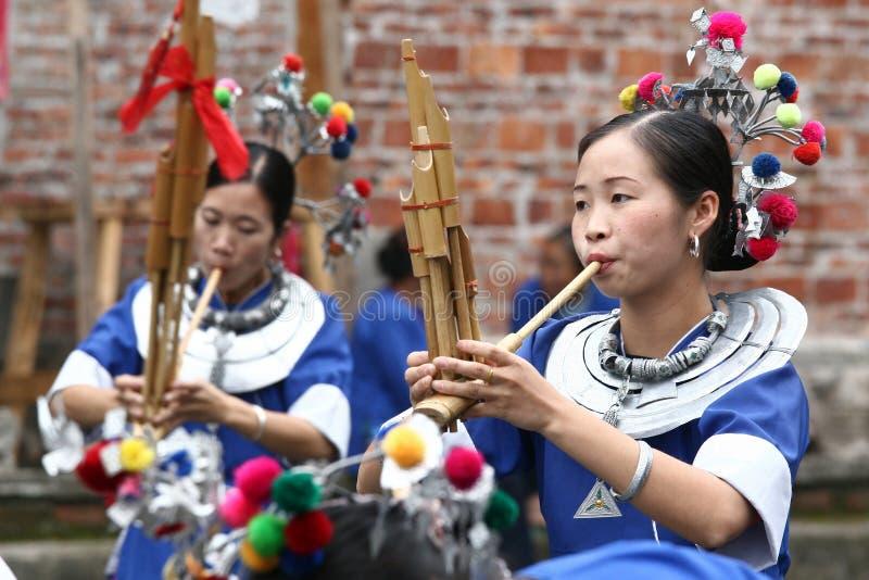 Люди этнического меньшинства Dong выполняют стоковое изображение