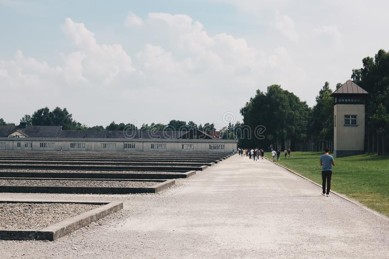 Люди Dachau Германии июля 2013 посещая место концентрационного лагеря Dachau мемориальное на бывшем нацистском концентрационном л стоковые фото
