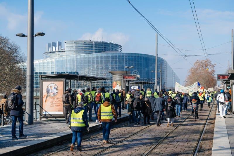 Люди Gilets Jaunes или желтый протест жилета в страсбурге Франции стоковые фотографии rf