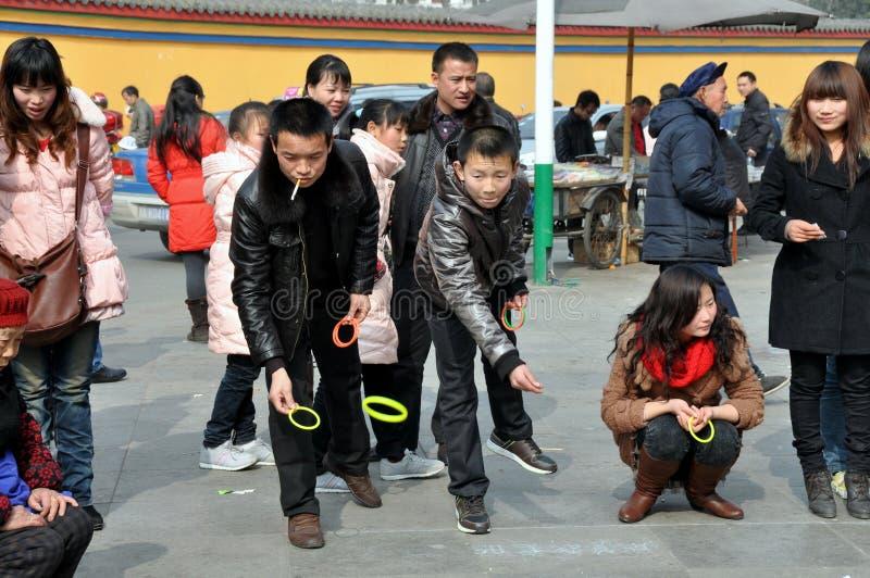 люди pengzhou фарфора играя toss кольца стоковое фото rf