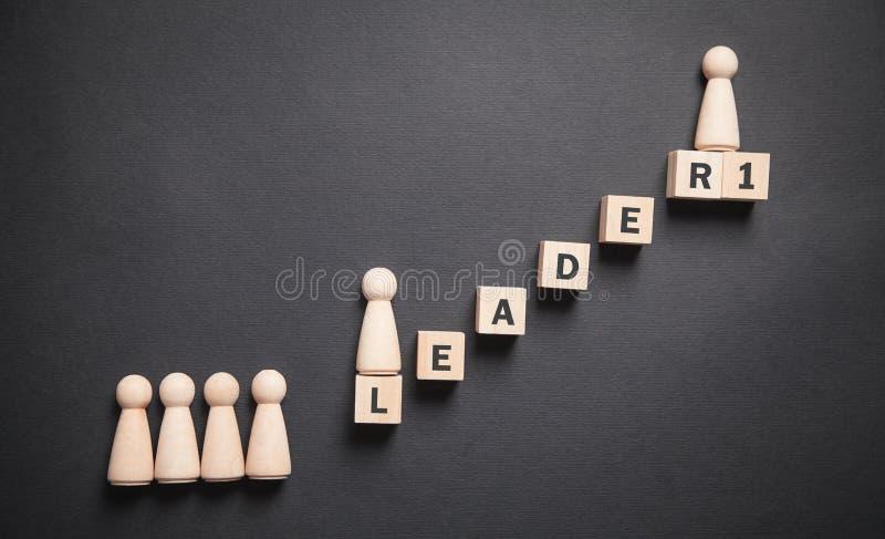 Людские деревянные фигуры с лестницей Карьера Личное развитие Лидер стоковые фото