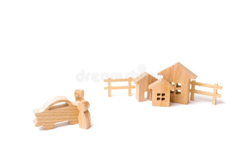 2 люд вышли автомобиля и взгляда на поселении Концепция приобретать недвижимость, свойство стоковые изображения rf