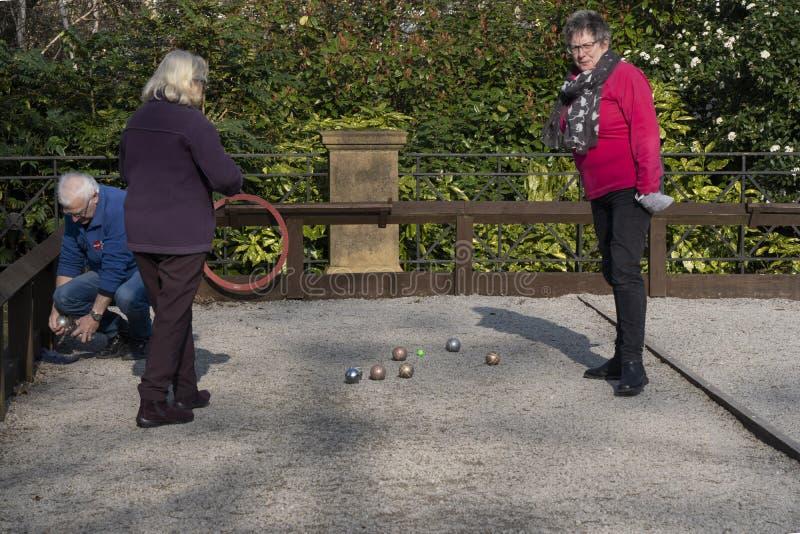 3 люд играя игру игры в петанки стоковое фото rf