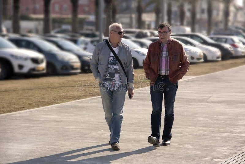2 люд идут вокруг города и связывают стоковое изображение rf