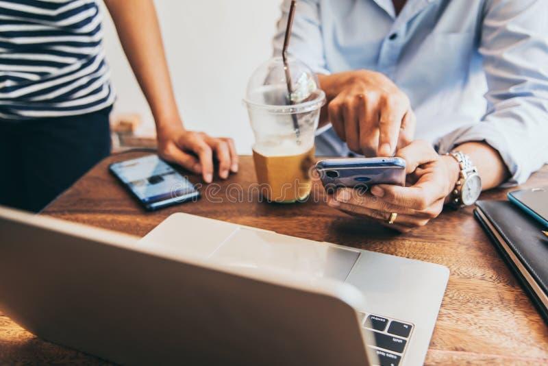 2 люд используя мобильную встречу промежутка времени в кофейне для работы владельца малых и средних предприятий стоковая фотография