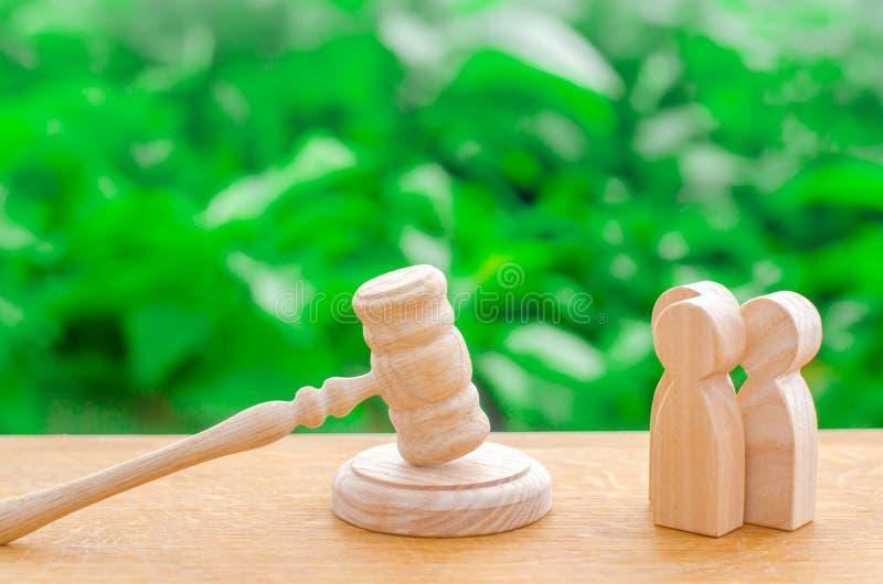 3 люд и молоток судьи Проба случаев в суде, разрешение спора между 2 людьми Relatio дела стоковая фотография