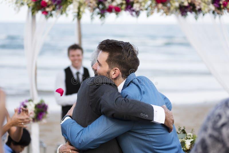 2 люд обнимая на свадебной церемонии стоковые изображения rf