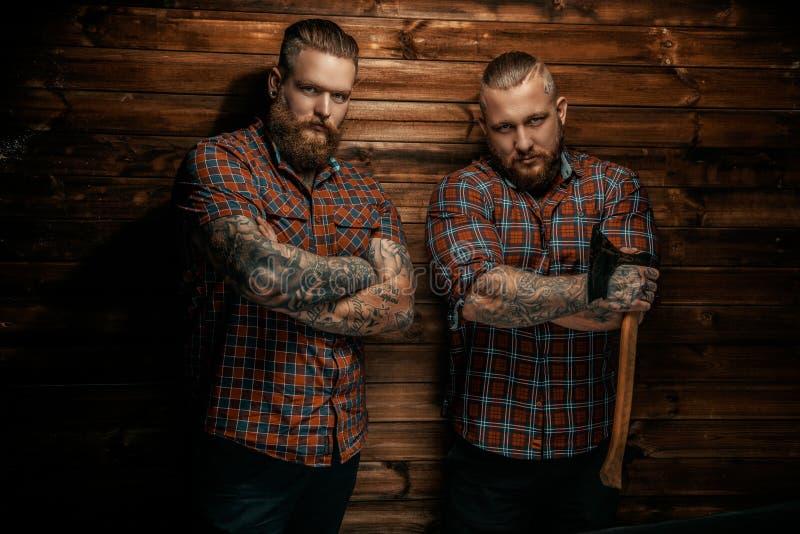 2 люд с бородами и татуировкой стоковые фото