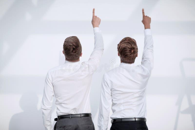 2 люд указывают палец вверх стоковые изображения