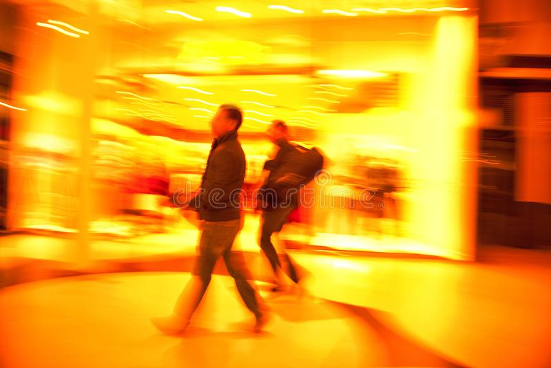 2 люд ходя по магазинам в городе стоковая фотография rf