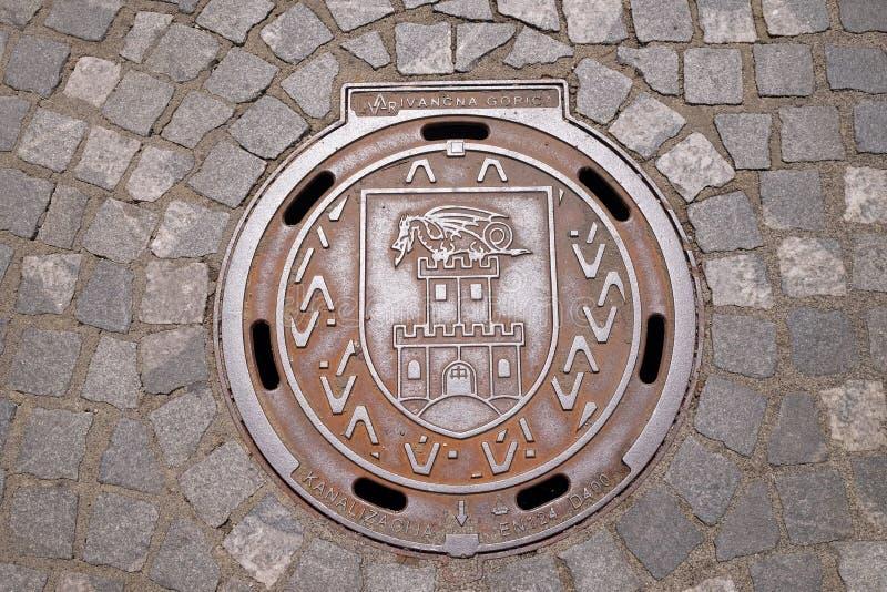 Люковое закрытие с гербом Любляны, Словении стоковые изображения rf