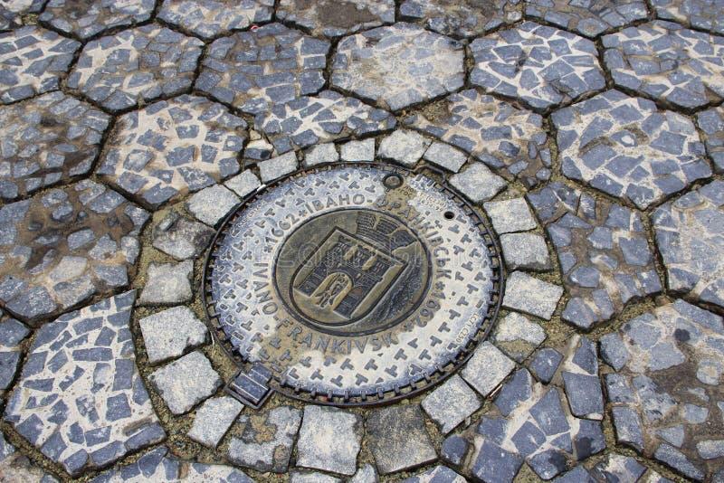 Люк канализации с эмблемой Ivano-Frankivsk стоковые изображения