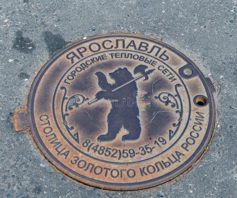 Люк металла колодца сетей города термальных на улицах Yaroslavl стоковое фото rf