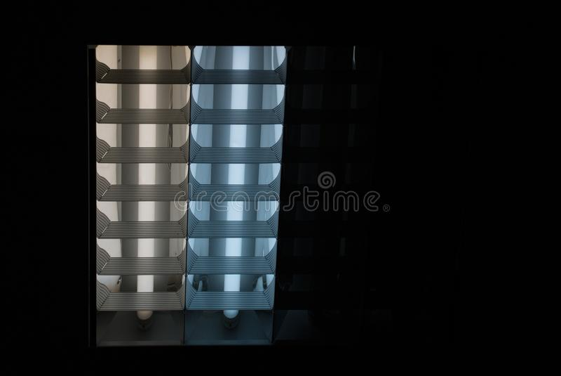 Люминесцентная лампа темный свет стоковое изображение