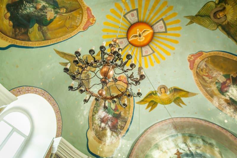 Люстра внутрь на потолке церков стоковое фото rf