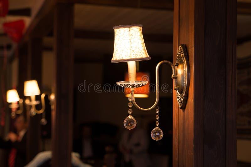 Люстра в внутреннем, роскошном интерьере, годе сбора винограда, ретро стоковая фотография rf