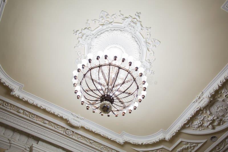 Люстра на потолке старого здания Большие комната или зала стоковые изображения