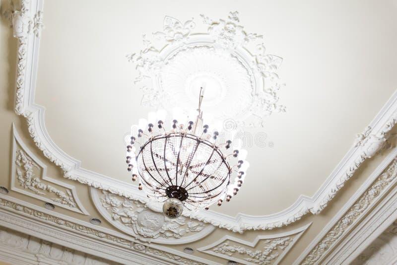 Люстра на потолке старого здания Большие комната или зала стоковые фото