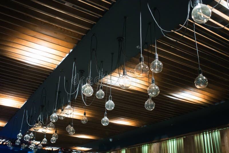 Люстры классические на светах интерьера потолка стоковое фото rf