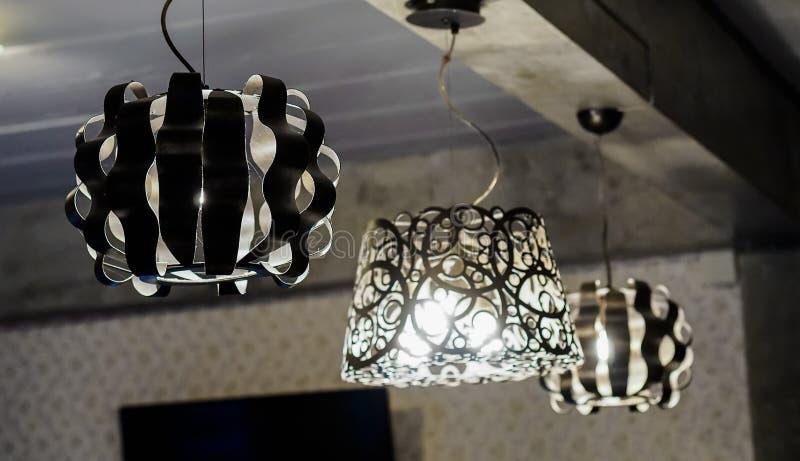 Люстры установили на потолке в зале роскошного положения стоковое изображение rf
