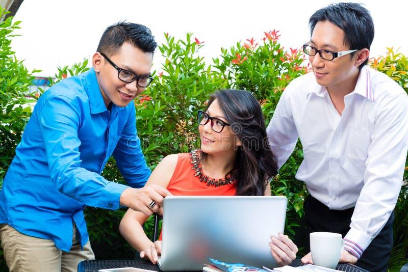 Люди азиатское творческого или рекламное бюро стоковое фото rf
